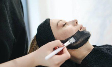 Jak oczyścić skórę twarzy w domu domowymi sposobami?