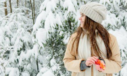 Jakie modne damskie rękawiczki, szaliki i czapki zimowe kupić?
