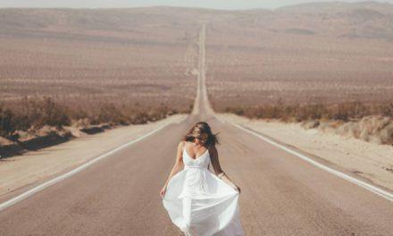 Jakie modne dodatki do białej sukienki dobrać i kupić?