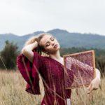 Jakie modne dodatki do bordowej sukienki dobrać i kupić?