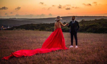 Jakie modne dodatki do czerwonej sukienki dobrać i kupić?