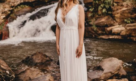 Jakie modne dodatki do kremowej sukienki dobrać i kupić?