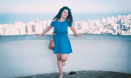 Jakie modne dodatki do niebieskiej sukienki dobrać i kupić?