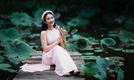 Jakie modne dodatki do różowej sukienki dobrać i kupić?