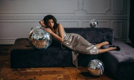 Jakie modne dodatki do srebrnej sukienki dobrać i kupić?